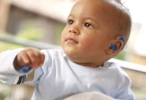 niño con audífono